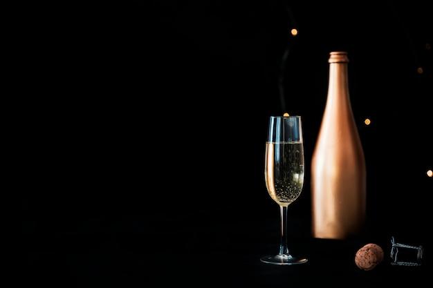 Bouteille de champagne avec verre Photo gratuit