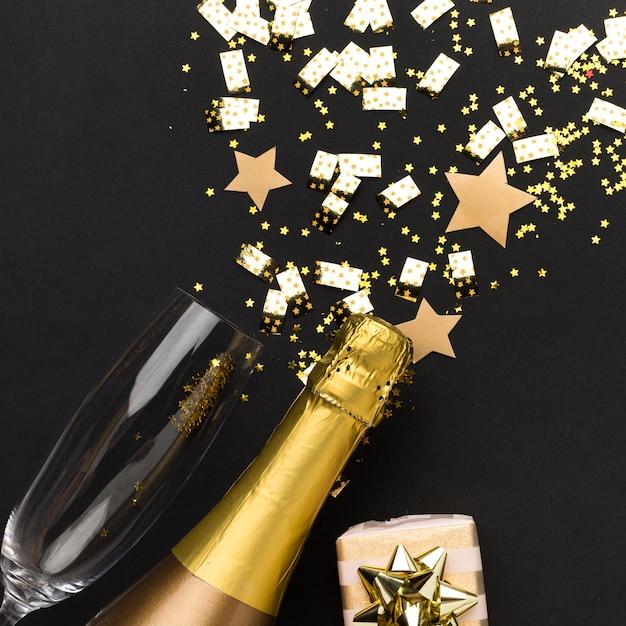 Bouteille De Champagne Et Verre Photo gratuit