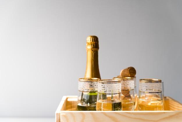 Bouteille De Champagne Et Verres Dans Une Caisse En Bois Sur Fond Blanc Photo gratuit