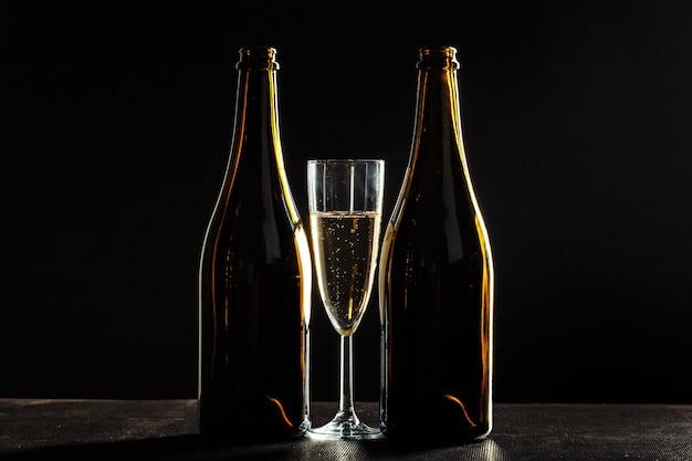 Bouteille De Champagne Et Verres Sur Noir Photo Premium