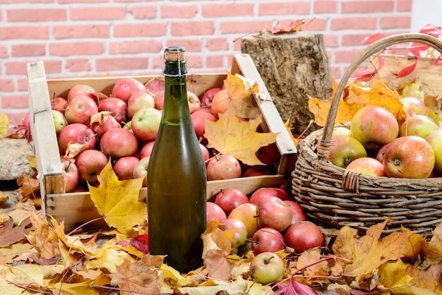 Bouteille de cidre de normandie, avec beaucoup de pommes Photo Premium