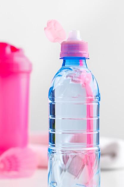 Bouteille d'eau et bouteille shaker avec des protéines. boissons sportives Photo Premium