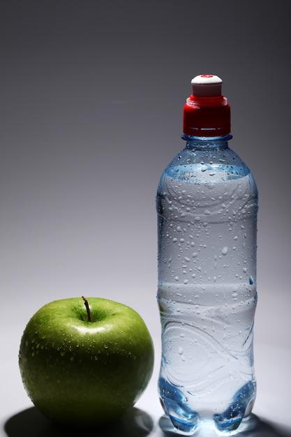 Bouteille D'eau Froide Fraîche Et Pomme Verte Photo gratuit