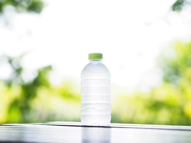 Bouteille d'eau froide sur table en bois Photo Premium