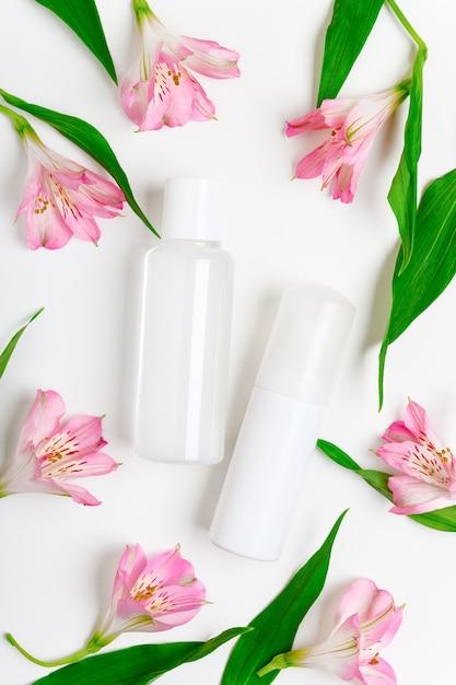 Bouteille D'eau Micellaire Et Fleurs Photo Premium