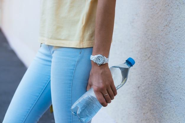 Bouteille D'eau Potable Dans Un Gros Plan D'une Main Féminine Photo Premium