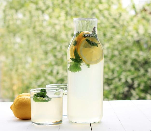 Bouteille fraîche de limonade faite maison Photo Premium