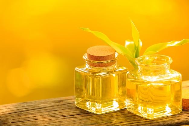 Bouteille d'huile essentielle aromatique ou spa sur table en bois, Photo Premium