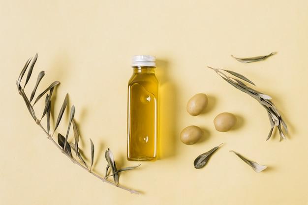 Bouteille D'huile D'olive Au Romarin Et Aux Olives Photo gratuit