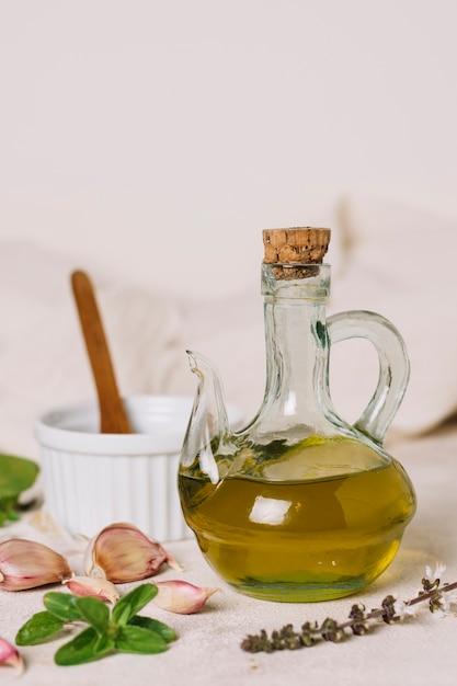 Bouteille d'huile d'olive à la verticale Photo gratuit