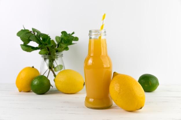 Bouteille de jus de fruits fait maison Photo gratuit