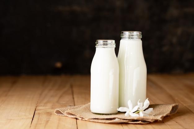 Bouteille de lait frais et verre Photo gratuit