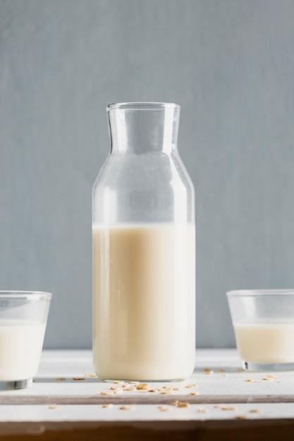 Bouteille de lait avec des lunettes sur la table Photo gratuit