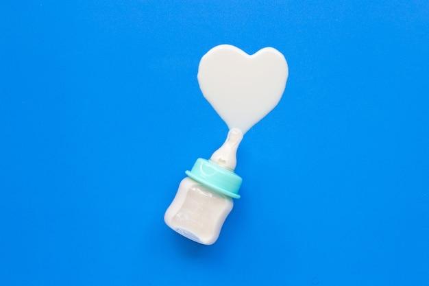 Bouteille de lait pour bébé sur bleu Photo Premium