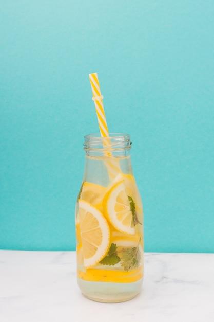 Bouteille de limonade à la paille Photo gratuit