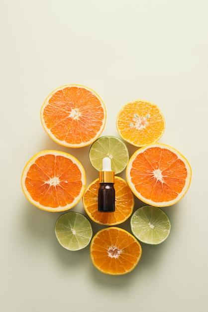 Bouteille Marron Avec Citron, Orange, Mandarine Et Vitamine C Sur Fond Blanc Photo Premium