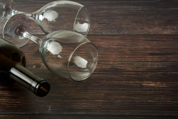 Bouteille noire de vin et de verres sur la table en bois. vue de dessus avec espace de copie. Photo Premium