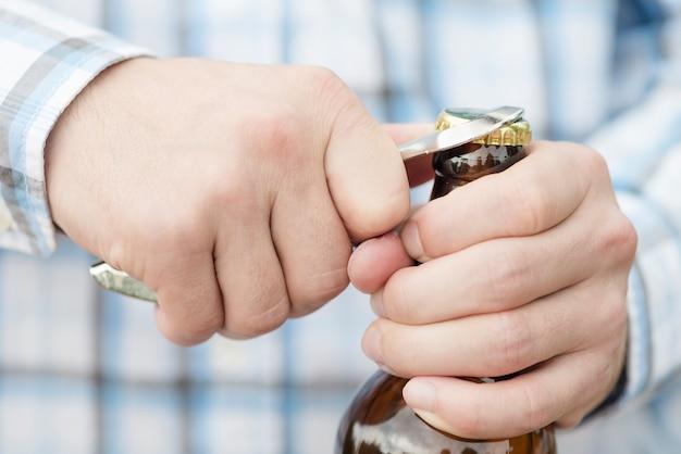 Bouteille d'ouverture de bière mâle méconnaissable Photo gratuit