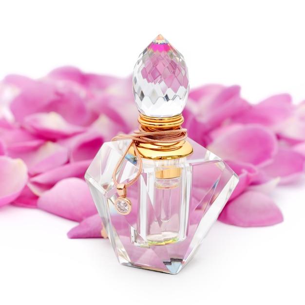Bouteille De Parfum Avec Collier Parmi Des Pétales De Fleurs. Parfumerie, Cosmétique, Collection De Parfums Photo Premium