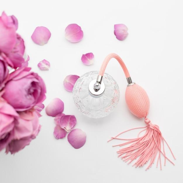 Bouteille De Parfum Avec Des Fleurs. Parfumerie, Cosmétique, Collection De Parfums. Photo Premium