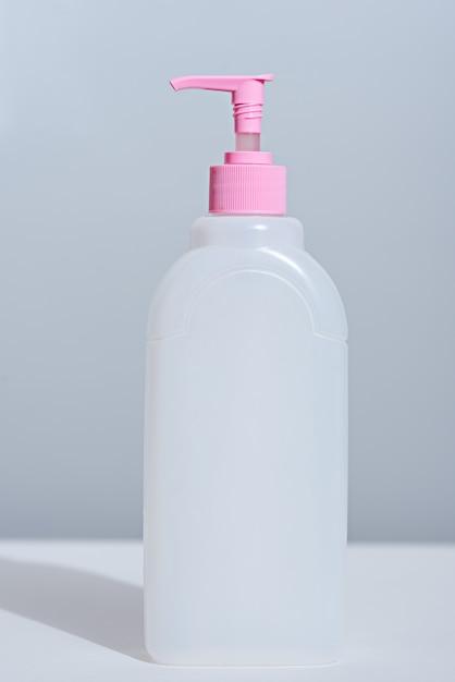 Bouteille En Plastique Blanc Gros Plan Avec Distributeur Et Couvercle Rose Sur Fond Blanc Avec Ombre Photo Premium