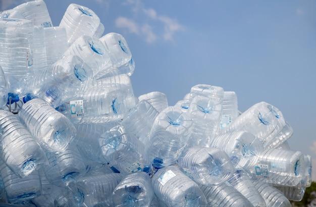 Bouteille en plastique avec bouchons pour recycler les déchets Photo Premium