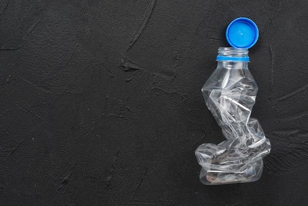 Bouteille en plastique vide pressée Photo gratuit