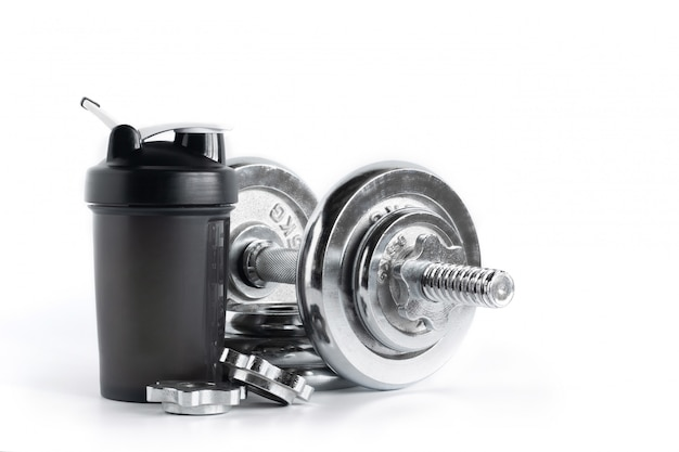 Bouteille de shaker de protéine de lactosérum avec haltère de plaque de chrome isolé sur fond blanc, appareils de fitness Photo Premium