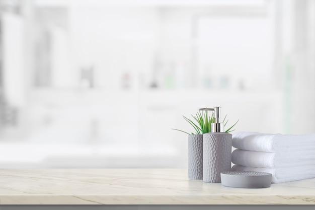 Bouteille de shampoing en céramique avec des serviettes en coton blanc sur un comptoir en marbre au-dessus d'une salle de bains Photo Premium