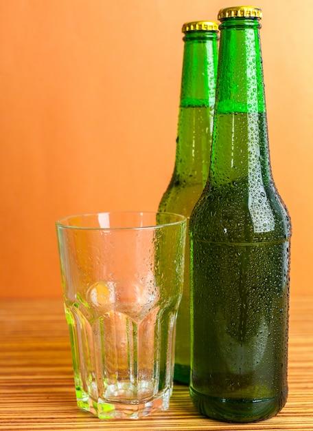 Bouteille et verre à bière Photo Premium