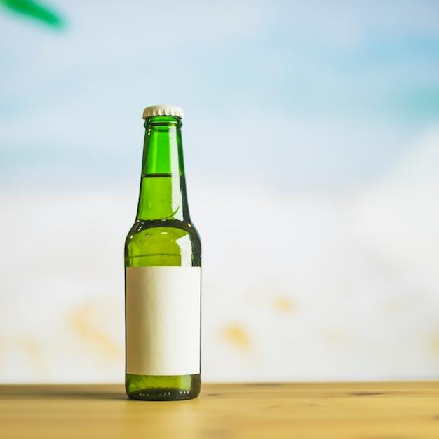 Bouteille en verre de boisson sur la table Photo gratuit