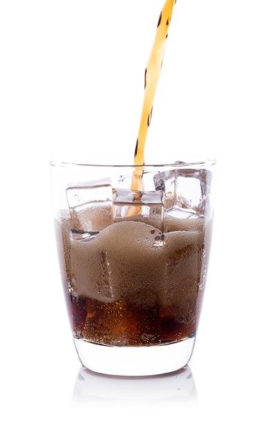 Bouteille, verser, cola, dans, verre verre, à, glaçons Photo Premium