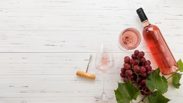 Bouteille de vin sur fond en bois Photo gratuit