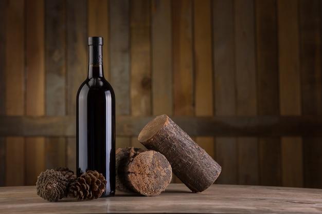 Bouteille de vin sur fond en bois Photo Premium