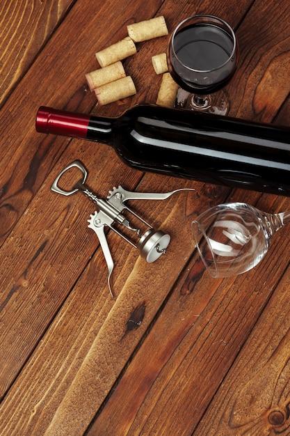 Bouteille De Vin Rouge, Verre à Vin Et Tire-bouchon Sur Table En Bois Photo Premium