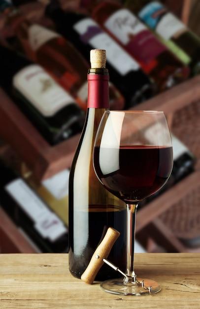 Une Bouteille De Vin Et Un Verre Avec Un Tire-bouchon Photo Premium