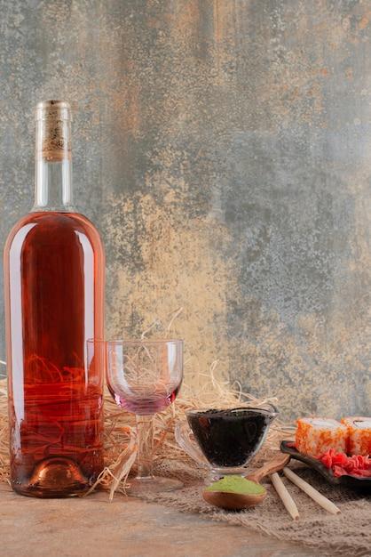 Bouteille De Vin Avec Verre à Vin Et Sushi Sur Toile De Jute Photo gratuit