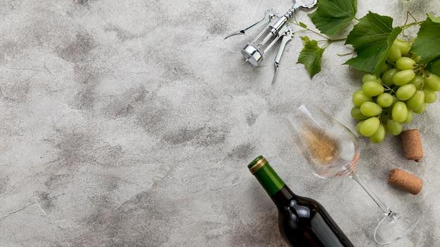Bouteille de vin vue de dessus sur fond de marbre Photo gratuit