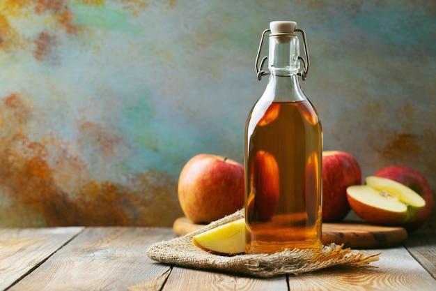 Bouteille de vinaigre de pomme bio ou de cidre. Photo Premium