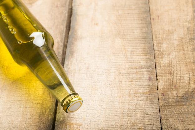 Bouteilles de bière sur un fond de table en bois Photo Premium