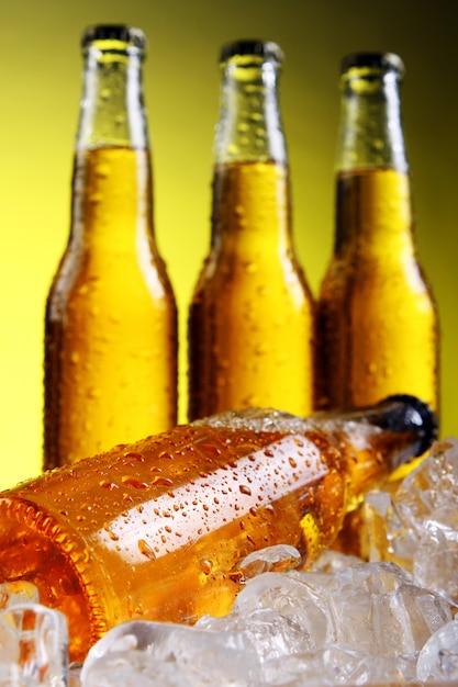 Bouteilles de bière fraîche et fraîche avec de la glace Photo gratuit