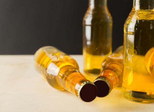 Bouteilles de bière sur une table en bois Photo Premium