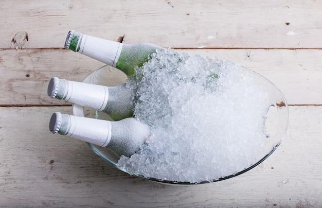 Bouteilles de bière en verre congelées Photo Premium