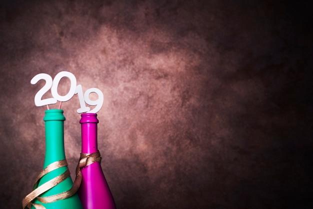 Bouteilles de boisson avec numéros 2019 sur les baguettes Photo gratuit