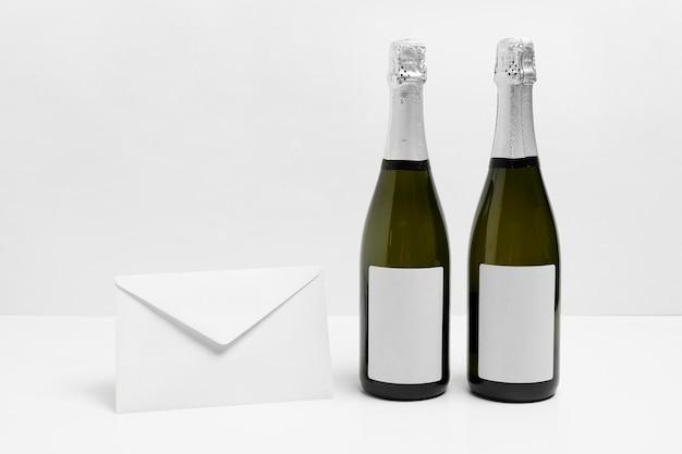 Bouteilles De Champagne Et Arrangement D'enveloppes Photo gratuit