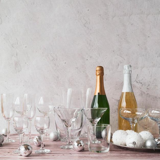 Bouteilles De Champagne Avec Des Verres Sur La Table Photo gratuit