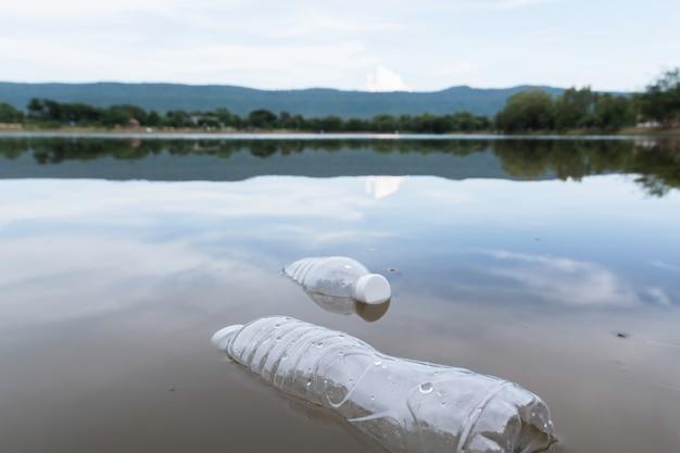 Bouteilles D'eau En Plastique Pollution Dans La Rivière. Poubelle En Plastique Dans L'eau. Pollution Environnementale . Photo Premium