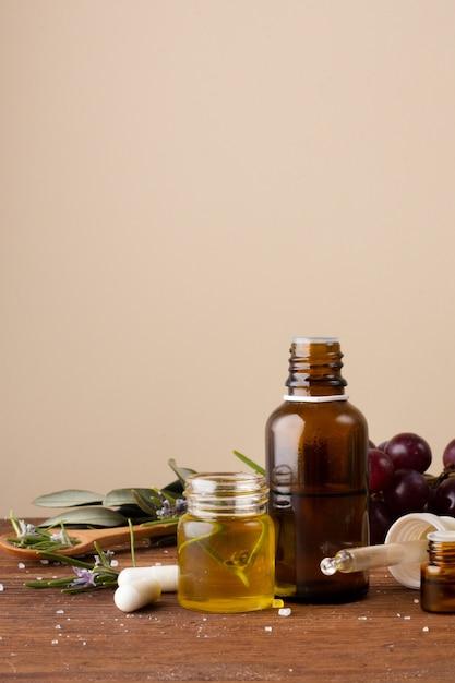 Bouteilles De Gros Plan Avec De L'huile Et Des Pilules Sur La Table Photo gratuit