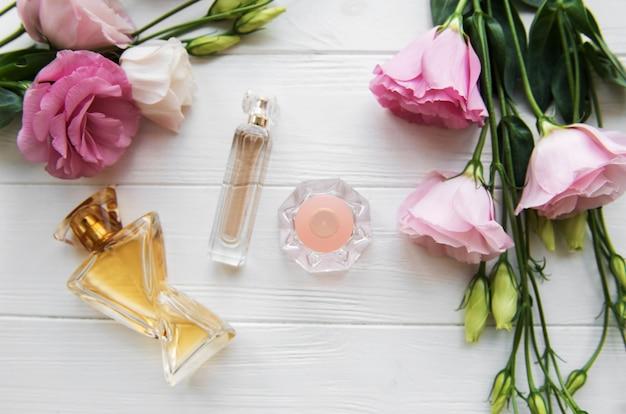 Bouteilles de parfum avec des fleurs Photo Premium