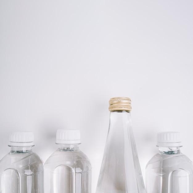 Bouteilles en plastique avec espace de copie Photo gratuit